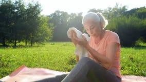 Nette ältere Frau, die nach Sportübung im Park stillsteht stock video