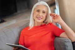 Nette ältere Frau, die Sie betrachtet Lizenzfreie Stockfotos