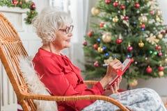 Nette ältere Frau liegt beim Vergnügen Lizenzfreies Stockbild