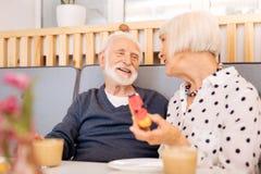 Nette ältere Paare, die sich lieben stockfotos