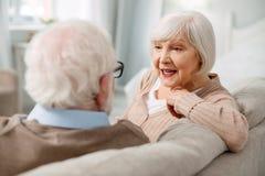 Nette ältere Paare, die sich zu Hause entspannen lizenzfreie stockfotografie