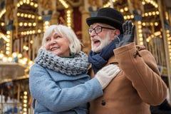 Nette ältere Unterhaltung des verheirateten Paars im Freien stockfotografie