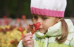 Nette 4 Jahre alte Mädchen mit Blume Lizenzfreies Stockfoto