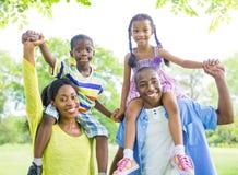 Nette afrikanische Familie, die draußen verpfändet Lizenzfreies Stockfoto