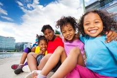 Nette afrikanische Kinder, die Spaß zusammen draußen haben Stockbilder