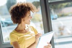 Nette afroe-amerikanisch Frau, die Anmerkungen macht lizenzfreie stockfotografie