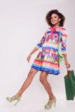 Nette afroe-amerikanisch junge Frau mit einer shooping Tasche in der Hand lizenzfreie stockfotografie