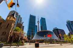 Nette alte Retro- und moderne stilvolle Architekturgebäude, KN-Turm Torontos Stadtim bereich unten Lizenzfreie Stockfotografie