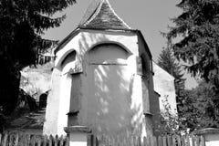 Nette alte verstärkte mittelalterliche sächsische evangelische Kirche im Dorf Somartin, Martinsberg, Märtelsberg, Siebenbürgen,  Stockfoto