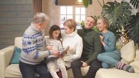 Nette angenehme Familie, die Gedächtnisse teilt stock video footage