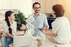 Nette angenehme Familie, die Wissenschaft bespricht Lizenzfreies Stockbild