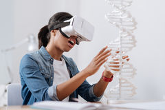 Nette angenehme Frau, die Mikrobiologie studiert lizenzfreies stockbild