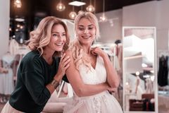 Nette angenehme Mutter und Tochter, die in der Heiratsboutique ist lizenzfreies stockfoto