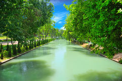 Nette Ansicht des schlammigen Flusses Stockfotografie
