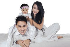 Nette asiatische Familie im Schlafzimmer Stockfotografie