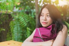 Nette asiatische Frau, die die Zukunft betrachtend träumt stockfoto