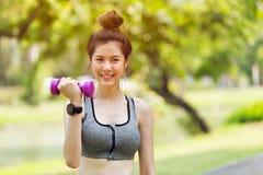 Nette asiatische jugendlich aktive Sportgewichtsausbildung im Freien stockfoto