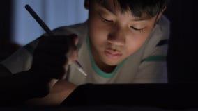 Nette asiatische Kinderhandzeichnung auf dem Schirm des Tablet-Computers mit Griffelbleistift stock video footage
