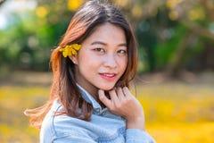Nette asiatische thailändische Frau des Porträts mit der Blume lizenzfreies stockbild