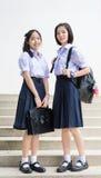 Nette asiatische thailändische hohe Schulmädchenstudenten-Paarstellung Lizenzfreies Stockfoto