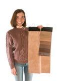 Nette attraktive Frau in der Strickjacke, die Gewebemuster hält Stockfotos