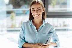 Nette attraktive Geschäftsfrau, die ihren Smartphone hält lizenzfreie stockbilder