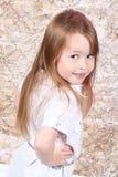 Nette Aufstellung des kleinen Mädchens stockfotos