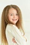 Nette Aufstellung des kleinen Mädchens Lizenzfreie Stockfotografie