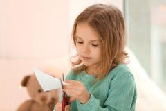 Nette Ausschneidenpapierzahlen des kleinen Mädchens Stockfoto