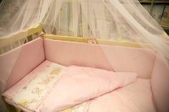 Nette Babyfeldbetten mit Bildern Stockbild