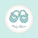 Nette Babypartykarte mit Babyschuhen als Retro- Gewebeapplikation im Shabby-Chic-Stil stock abbildung