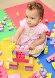Nette Babyspiele mit mehrfarbigem Blockspielzeug Stockfotos