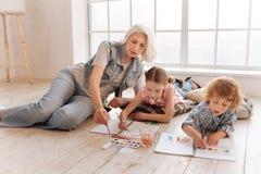 Nette begabte Kinder, die auf Malerei fokussiert werden Stockbild