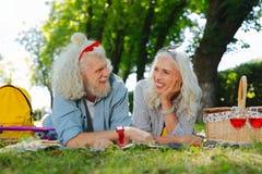 Nette begeisterte Paare, die miteinander sprechen stockfoto
