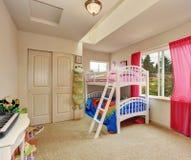 Nette Beige scherzt Schlafzimmer mit Etagenbett Stockfotos