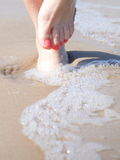 Nette Beine im Wasser Stockfoto