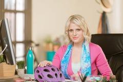 Nette Berufsfrau mit Fahrrad-Sturzhelm lizenzfreie stockfotos