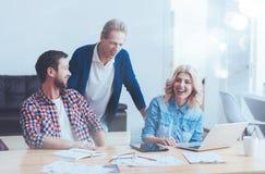 Nette Berufskollegen, die im Büro arbeiten Stockbild