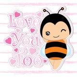 Nette Biene und rosa Liebe auf gestreiftem Hintergrund vector die Karikatur, die für Kinderpostkarte passend ist Lizenzfreies Stockfoto