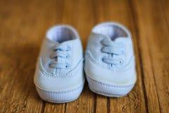 Nette blaue Babyschuhe Stockbild