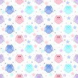 Nette blaue, hellblaue, rosa und violette Eulen mit Sternen im Ba Stockfoto