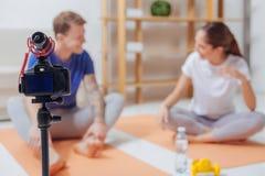 Nette Bloggers, die ein Video ihres Gespräches tun Lizenzfreie Stockbilder