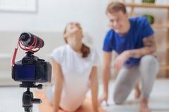 Nette Bloggers, die in einem Prozess des Notierens einer neuen Lektion sind Lizenzfreie Stockfotografie