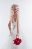 Nette blonde Aufstellung im stilvollen Hochzeitskleid Lizenzfreies Stockfoto