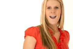 Nette blonde behaarte Frau, die rotes Hemd mit surpirsed expre trägt Stockbild