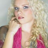 Nette blonde Dame im Studio Stockfoto