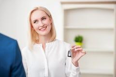 Nette blonde Dame kauft ein Haus Stockbilder