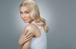 Nette blonde Dame mit fabelhaften Augen Lizenzfreie Stockfotos