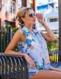 Nette blonde Frau in der Sommerkleidung Lizenzfreie Stockfotografie