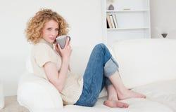Nette blonde Frau, die ein Cup genießt Lizenzfreies Stockfoto
